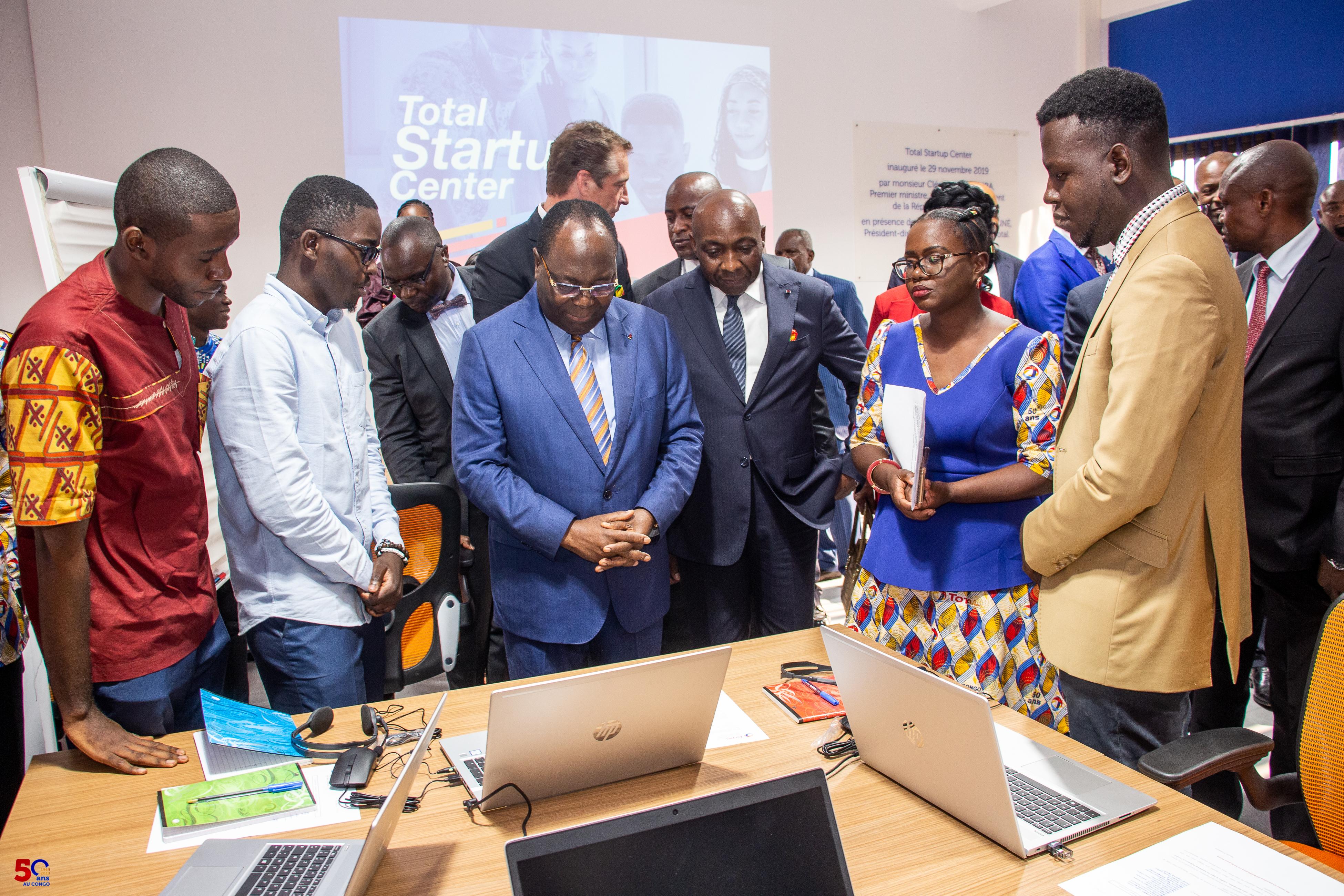 Le Premier ministre Clément Mouamba s'entretenant avec les incubés.