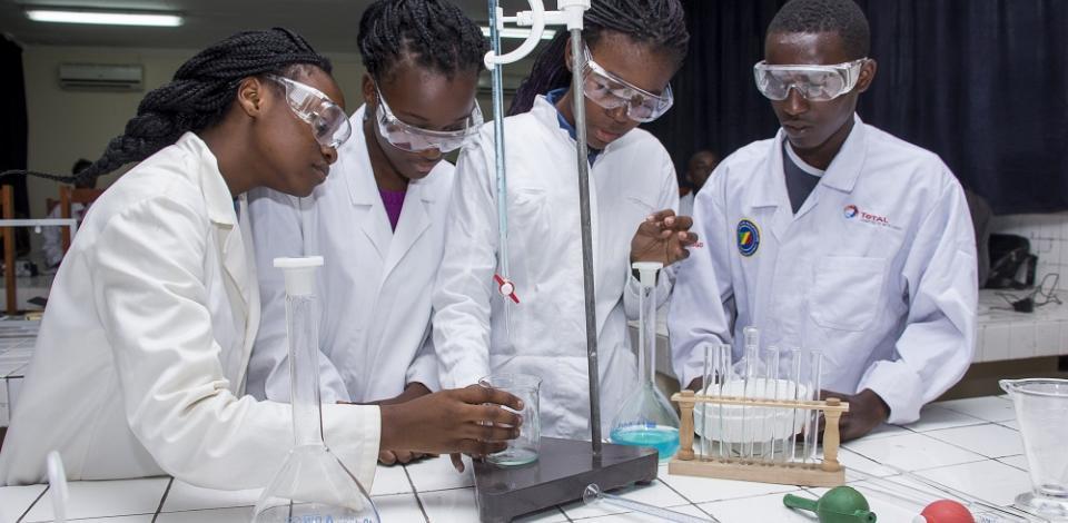 Cours de travaux pratiques dans un laboratoire des classes renforcées du lycée Victor AUGAGNEUR.